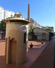 Cubicle WC amb la nau al fons.