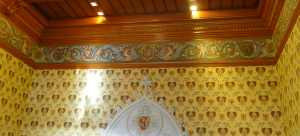 Detall de la decoració de les parets de la sala Noble.