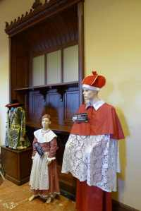 Vestits de cardenal del segle XVIII i de nena del segle XIX.