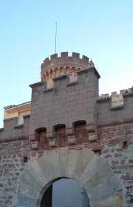 Matacà a l'entrada del castell.