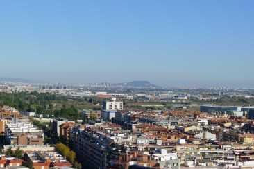 Panoràmica des de la terrassa. Al centre es pot veure Montjuïc.