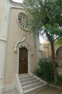Porta de l'antiga capella de Can Ginestar.