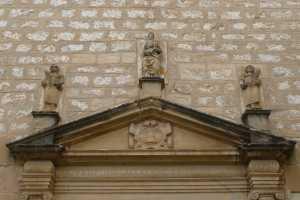 Timpà de la porta de l'església.
