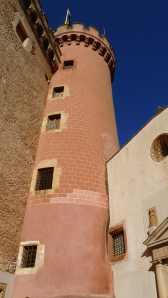 Torre circular adosada, al costat de l'església.