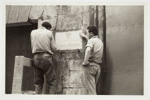 Col•locació de la placa del Museu Picasso Fons documental del Museu Picasso, Barcelona Fotografia d'Hernández.