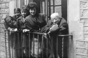 Palau Berenguer d'Aguilar: visita de Jaume Sabartés, Catherine Hutin,filla de Jacqueline Picasso, i la família Gaspar 1962 Fons Jaume Sabartés Fons documental del Museu Picasso, Barcelona Fotografia: desconegut.