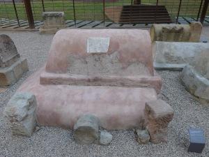 Tomba. Al text hi diu: Pedanius Dionysius, fet per la seva dona Fabia Ferriola