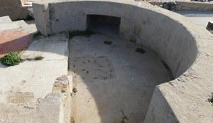Plataforma de tir amb restes de la base dels canons i de paviment de les barraques.