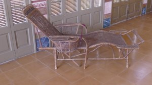 Chaise-longue a la galeria coberta.