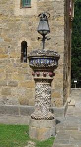 Columna amb fanal amb revestiment de còdols de riu