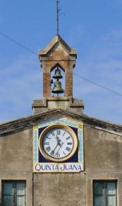 Detall de l'espadanya i el rellotge de Vil·la Joana.