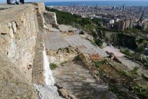 Restes de paviment a tocar de les parets de l'edificació militar.