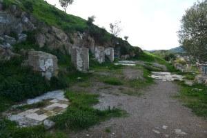 Restes de rajoles al vessant de Collserola