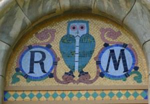 Timpà amb les inicial R i M i un mussol al centre.