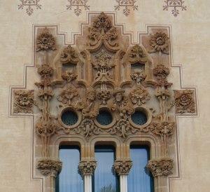 Detall de la façana de Can Bassa.
