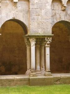 Grup de cinc columnes al claustre.