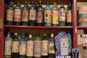 Ampolles de lleixiu a les prestageries del colmado.