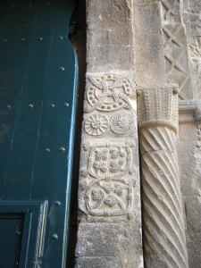 Detall d'una de les col·lumnes de la porta.