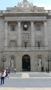 Carrer central de la façana de l'Ajuntament.