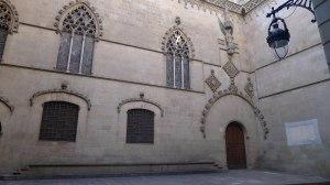 La façana gòtica al carrer Ciutat.