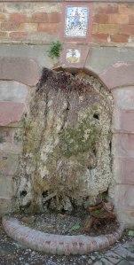 Font de gruta amb plaques dedicades a la Mare de Déu del Roser.