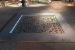 Mosaic que dona nom a la Casa dels Dofins.