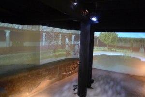 Audiovisual del jardí de Quint Licini sobre la piscina.