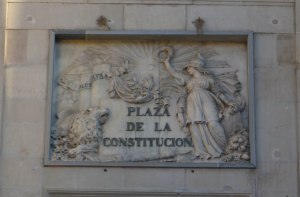 Placa amb el nom de Plaza de la Constitución.