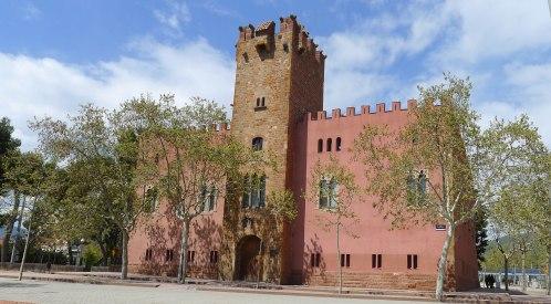 Façana principal de la Torre Roja. Al centre la torre medieval.