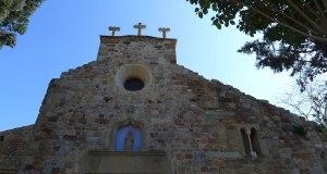 Part superior de la façana amb el calvari al capdamunt.