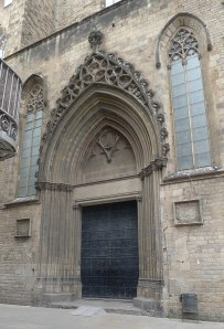 Porta de les Moreres amb les dues làpides a banda i banda.