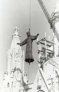 Una guran enlaira la imatge de bronze del Sagrat Cor.