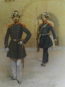 Parella d'agents davant la porta gòtica de l'Ajuntament. Any 1844.
