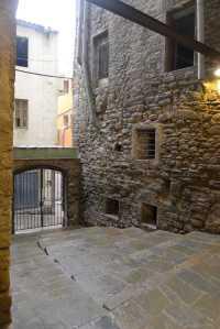 Un accés al carrer.