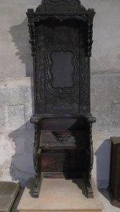 Cadira de fusta tallada de l'antic cor.
