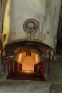 Entrada al soterrani on hi ha l'exposició.