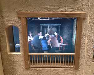 Finestra amb un escena de taverna.
