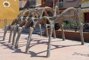 Pèrgola amb forma d'esquelet d'animal.
