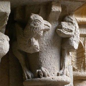 Detall d'un capitell del claustre.