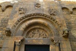 Detall de la façana i el timpà.