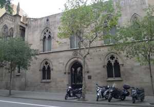 Façana de l'entrada al claustre per Rogell de Llúria.