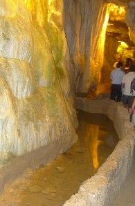 Interior de la cova de Sant Miquel.