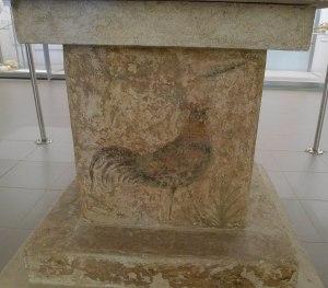 Altar amb la figura d'un gall.