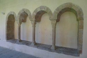 Arcs del claustre romànic.