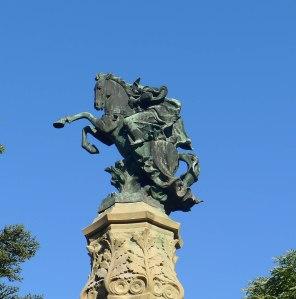 Estatua del comte Arnau a la plaça Anselm Clave.