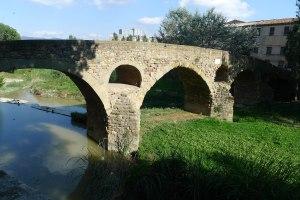 Pont romànic sobre el riu Meder.