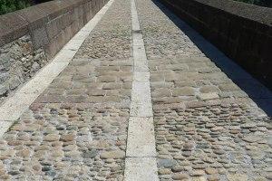 Pont Vell. Tram de pedres del pont romànic.