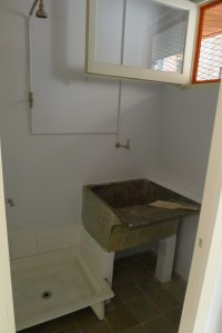 Habitació amb dutxa i safareig.