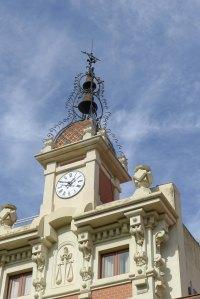 Detall de la torre del rellotge de la Casa de la Vila.