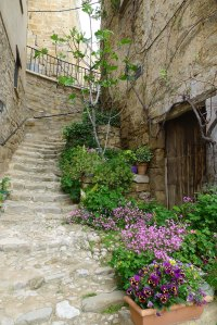 Un dels carrers que pugen cap al castell.